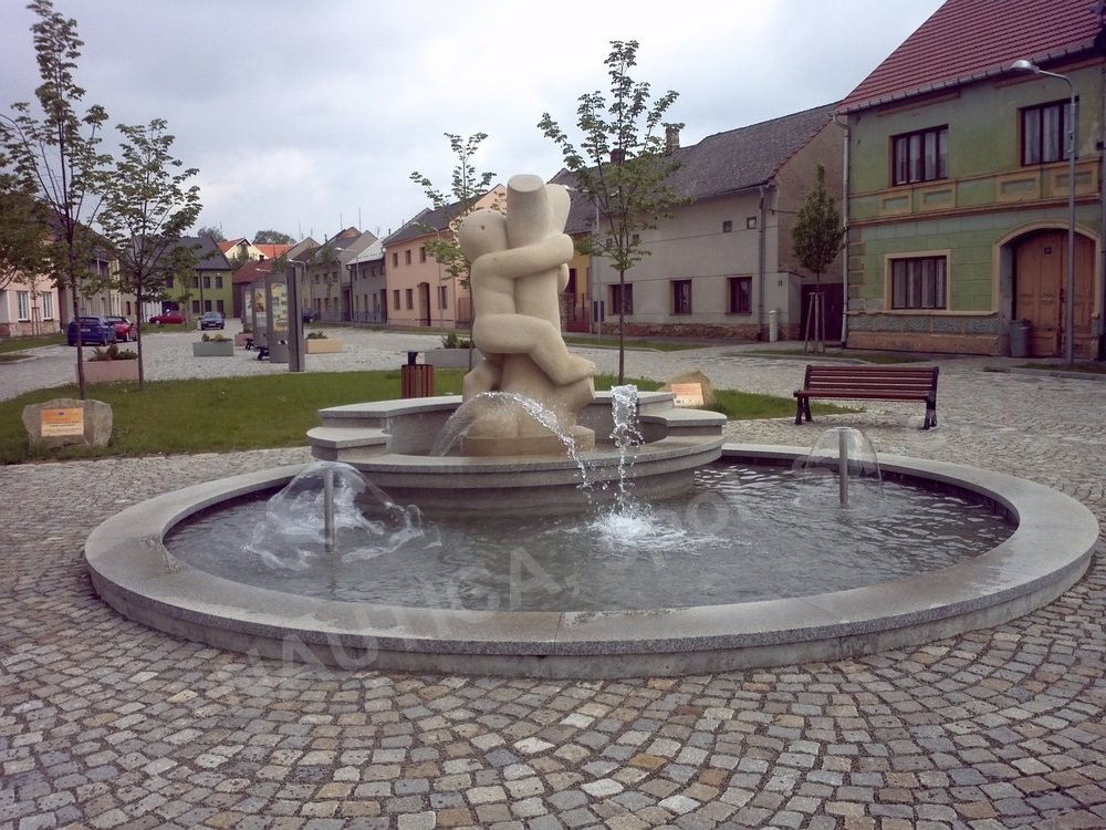 Pískovcová socha malého chlapce, který objímá strom je umístěna na hlavním náměstí v Němčicích nad Hanou.