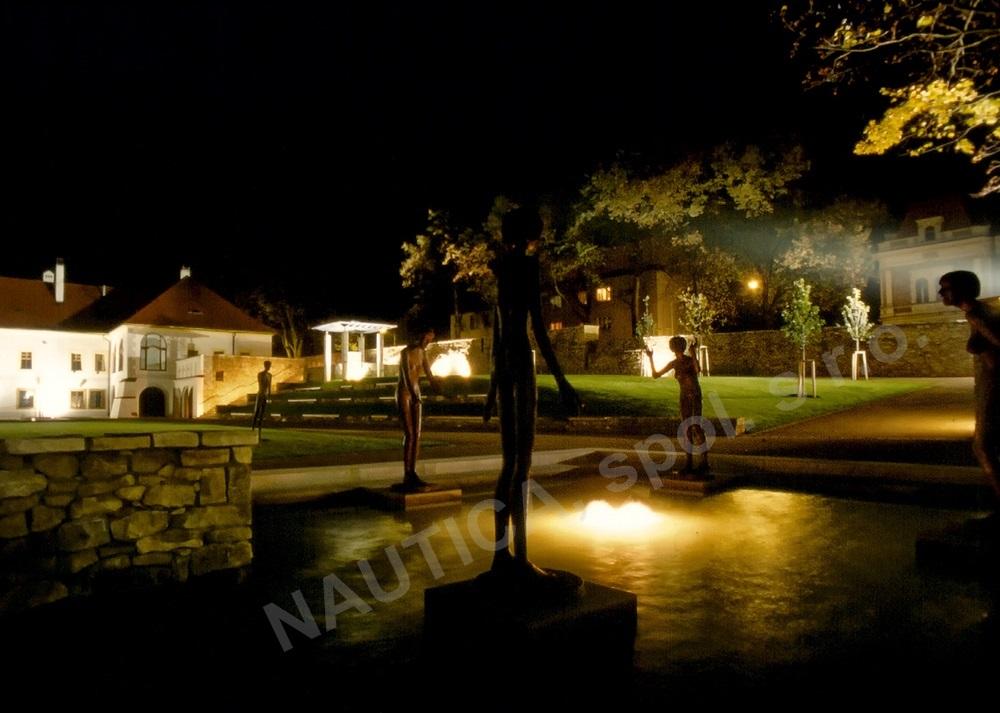 Noční osvětlení vodního prvku se sousoším v centru Klášterních zahrad v Litomyšli.