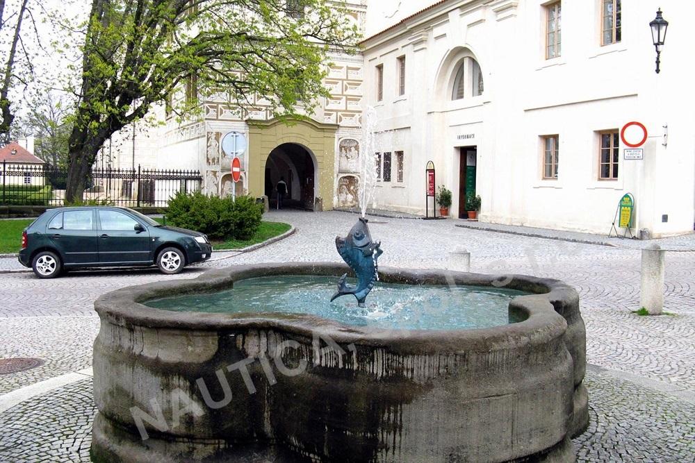 Kašna s rybou na ulici Zámecká před vstupem do Zámku v Litomyšli.