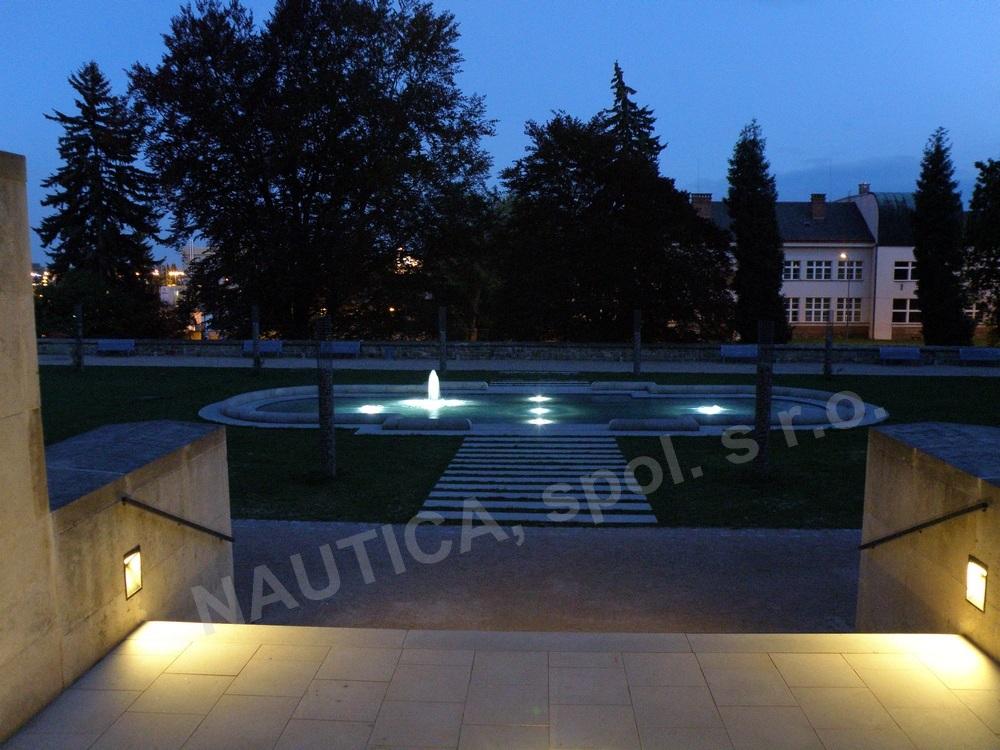 Noční osvětlení vodního prvku v zámecké zahradě Valdštejnského zámku v Jičíně.