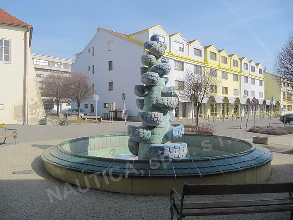 Kašna Spirála života na Masarykově náměstí ve Šlapanicích.