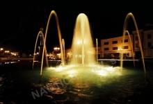 Noční osvětlení vodního prvku na náměstí ve Bzenci.