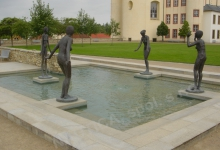 Vodní prvek se sousoším v centru Klášterních zahrad v Litomyšli.