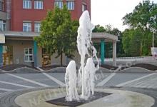 Pochozí fontána se skrytou vodní hladinou u DPmB, Hlinky 151, Brno.