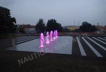 Noční osvětlení pochůzího vodního prvku na Roztylském náměstí v Praze.