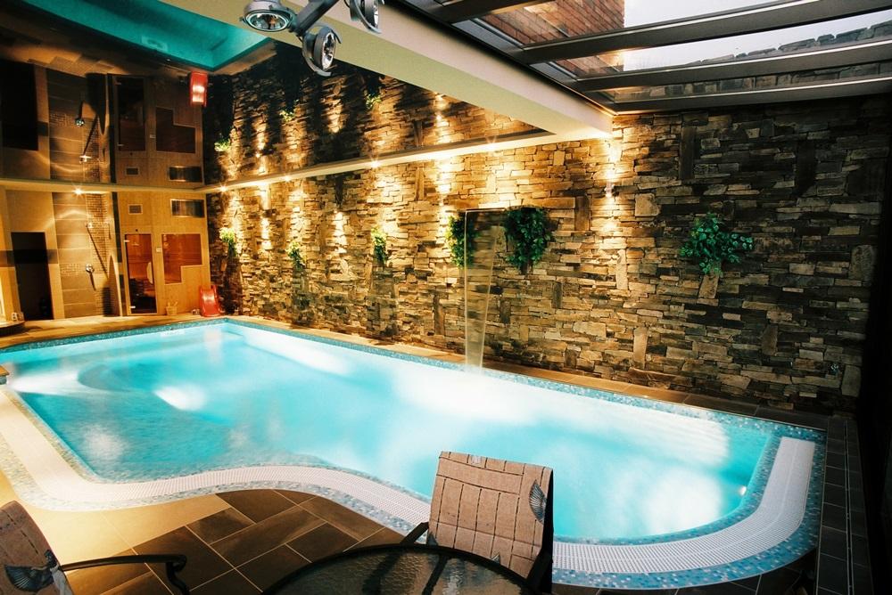 Interiérový bazén s přelivem 11x4 m, saunou a whirlpoolem