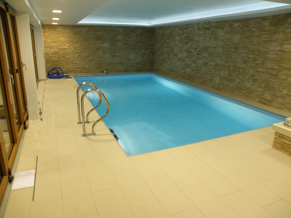 Skimmerový interiérový bazén 8x4 m s whirlpoolem a saunou