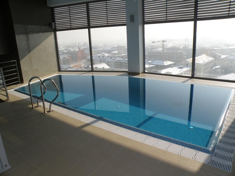 Interiérový bazén s přelivem 7x3,5 m
