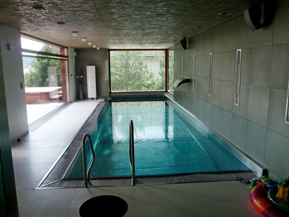 Nerezový interiérový bazén s přelivem 9x3 m a atrakcemi