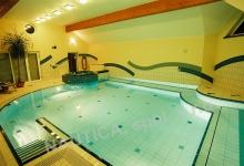 Interiérový bazén s přelivem 10x6 m a whirlpoolem