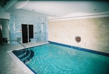Interiérový bazén s přelivem 11x4 m, whirlpoolem a parní lázní