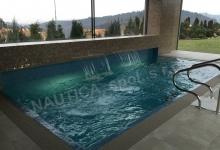 Interiérový bazén s přelivem 7x3 m a vodními clonami