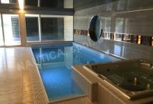 Interiérový bazén s přelivem 6,5x3,2 m a whirlpoolem