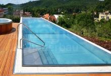 Přelivový nerezový venkovní bazén 10x5 m s kruhovým whirlpoolem