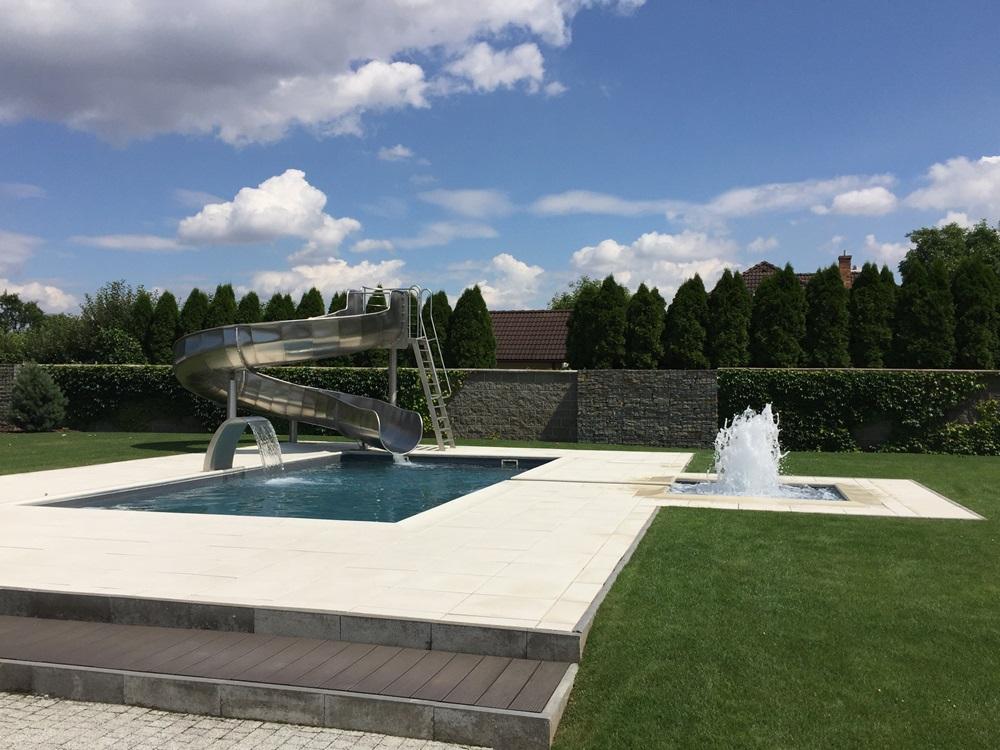 Skimmerový venkovní bazén 9x4 m s vodní clonou, skluzavkou a brouzdalištěm 2x2 m